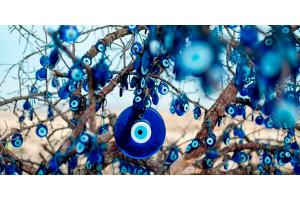 OLHO GREGO:  A tendência azul que afasta o mau olhado.