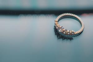 como limpar prata anel com pedras