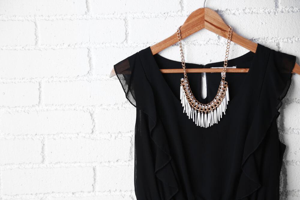 como combinar colares com roupas