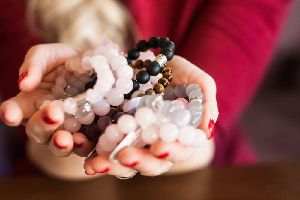o que e semijoia mulher segurando joias
